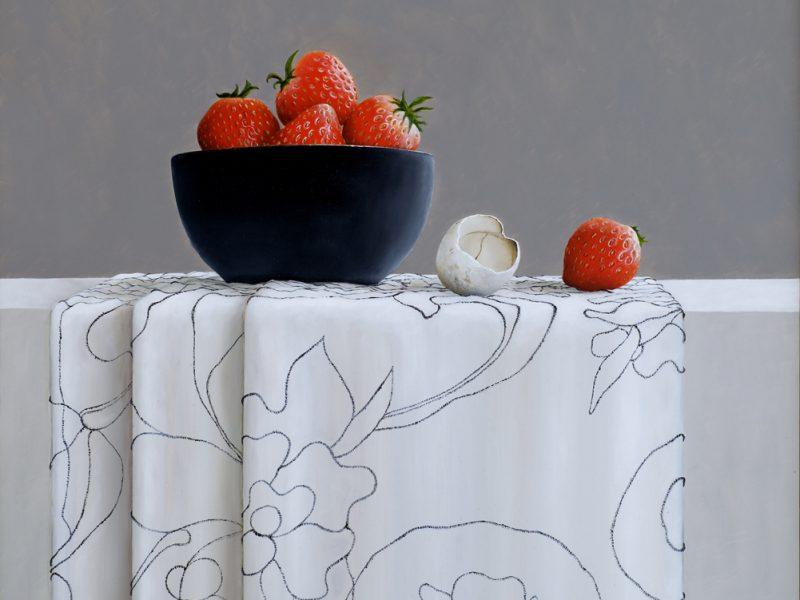 stilleven met aardbeien en verlaten ei