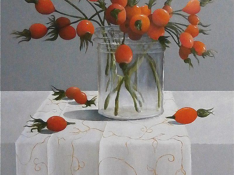 stilleven met rozenbottels