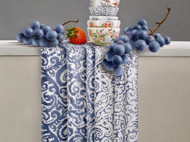 stilleven met kommetjes, blauwe druiven en aardbeien