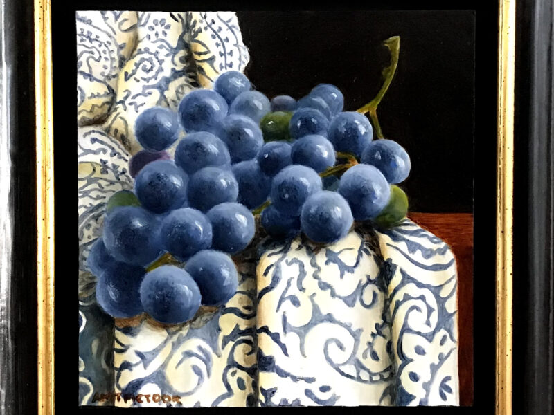 blauwe druiven op oud kleed
