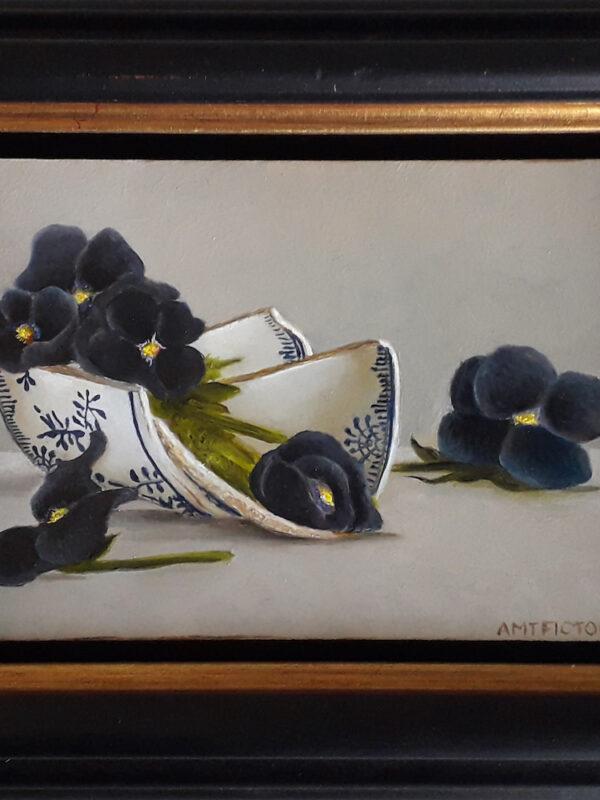 IN SCHERVEN  – stilleven met zwarte viooltjes