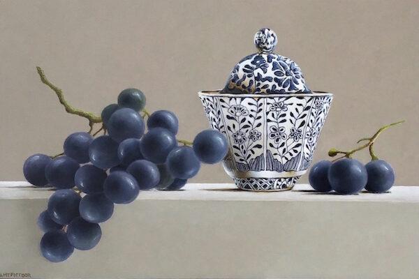 stilleven met blauwe druiven